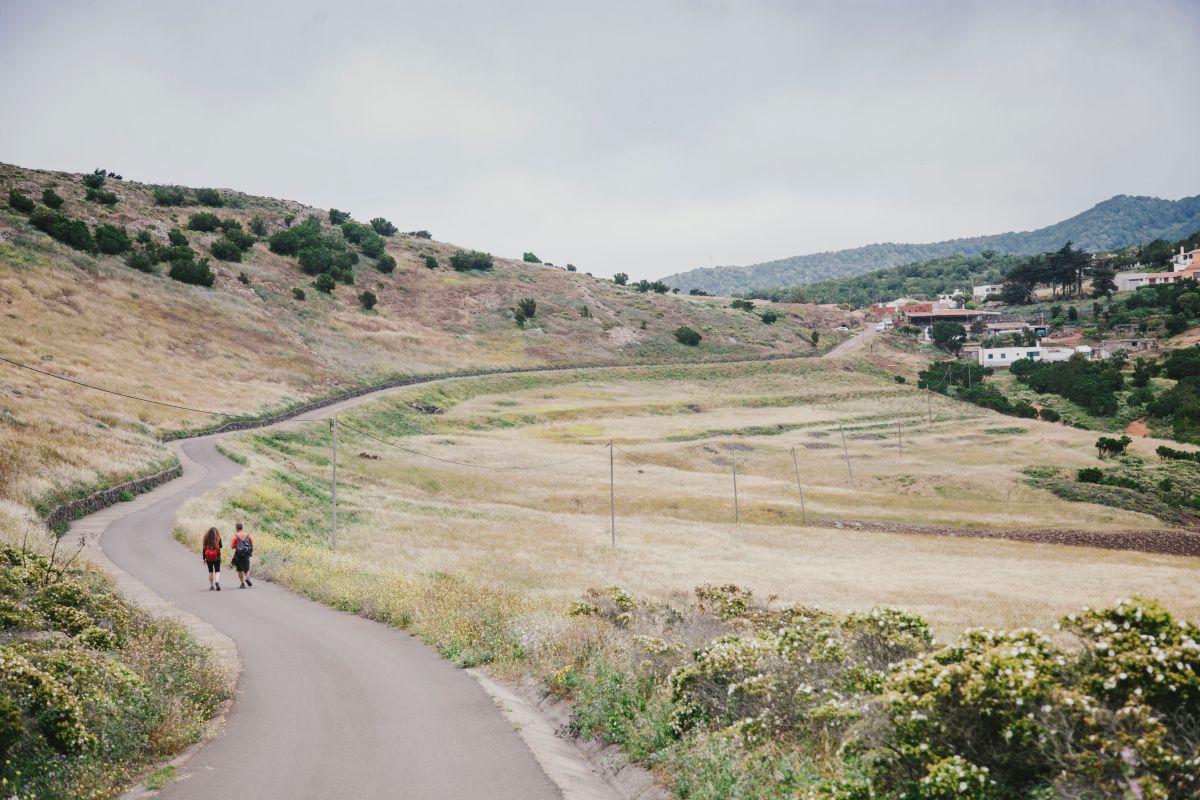 Caminantes por el parque rural de Teno, en Tenerife.