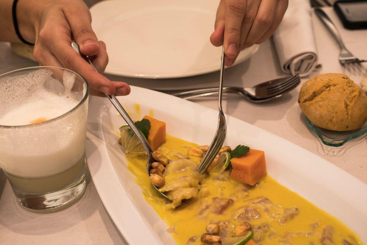 Ceviche de corvina del restaurante peruano Commo Fusión, en Valencia, junto a un pisco souer.