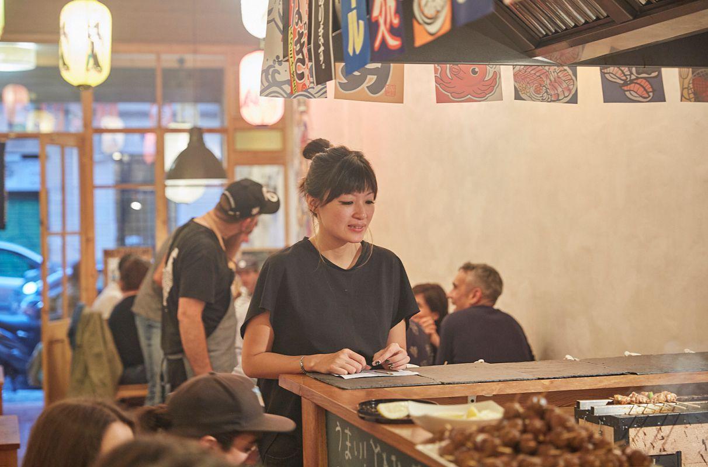Una camarera espera en la barra del restaurante pop up del chef Aitor Olabegoya en Poble Sec (Barcelona).