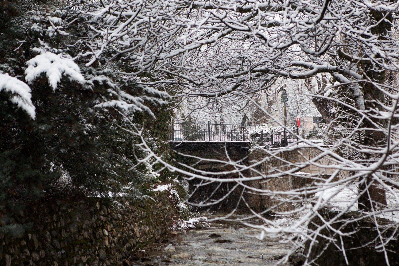 La nieve cubrió también el arroyo del Artiñuelo, 'el río chico' que cruza el pueblo.