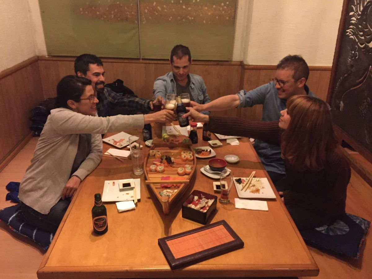 Comiendo con amigos en un restaurante japonés. Foto: Facebook.