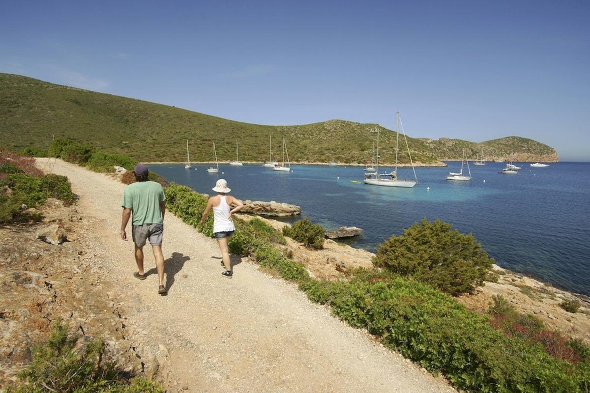Cabrera también cuenta con diversos itinerarios para recorrer la zona a pie. Foto: Agestock.