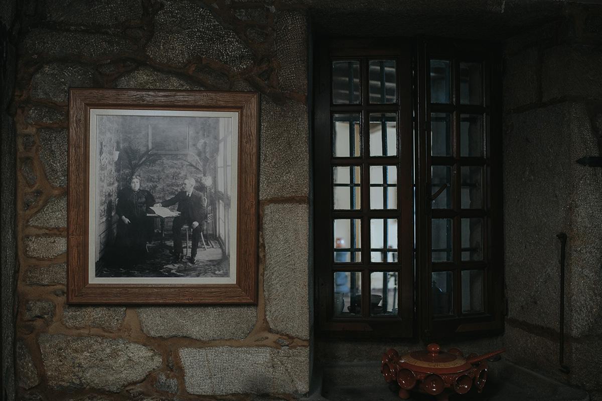 Los muros de piedra y los detalles de 'Casa Rosalía' nos recuerdan dónde estamos.