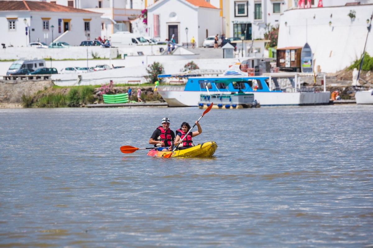 El kayak es una de las actividades más demandadas para los que se acercan a Sanlúcar de Guadiana.