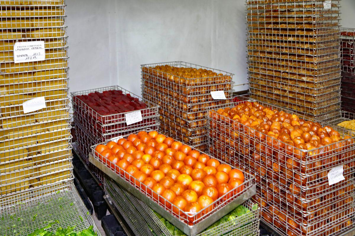 Hay que darles un tiempo a las frutas para que el glaseado quede perfecto.