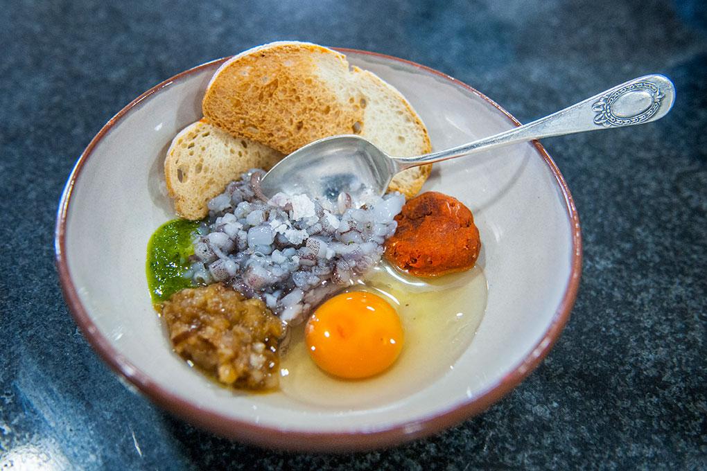 Mezclar en un bol las patas picadas, una punta de sobrasada, el huevo, un ajo finamente picado y un poco de perejil, las cebollas, el pan y una pizca de sal.