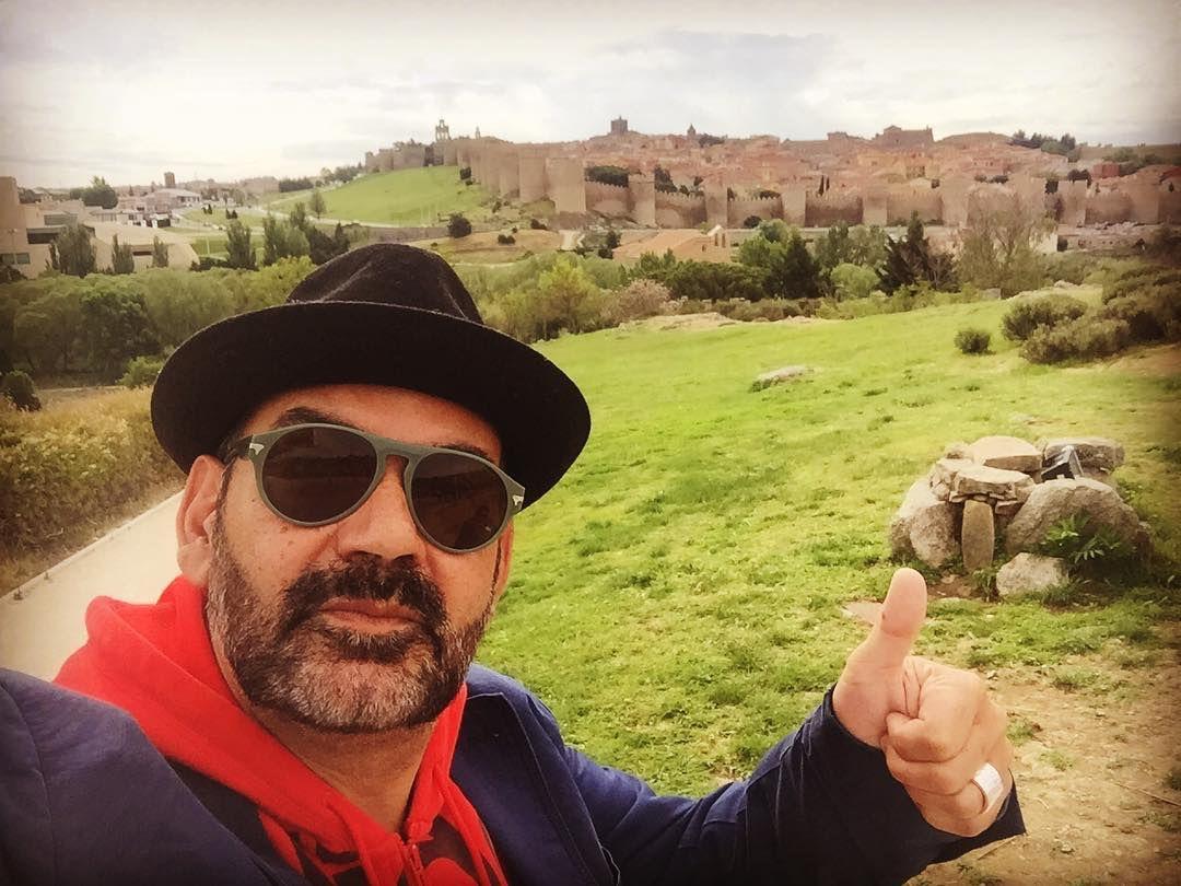 Entre idas y venidas, le queda tiempo para visitar monumentos como la muralla de Ávila. Foto: Instagram.
