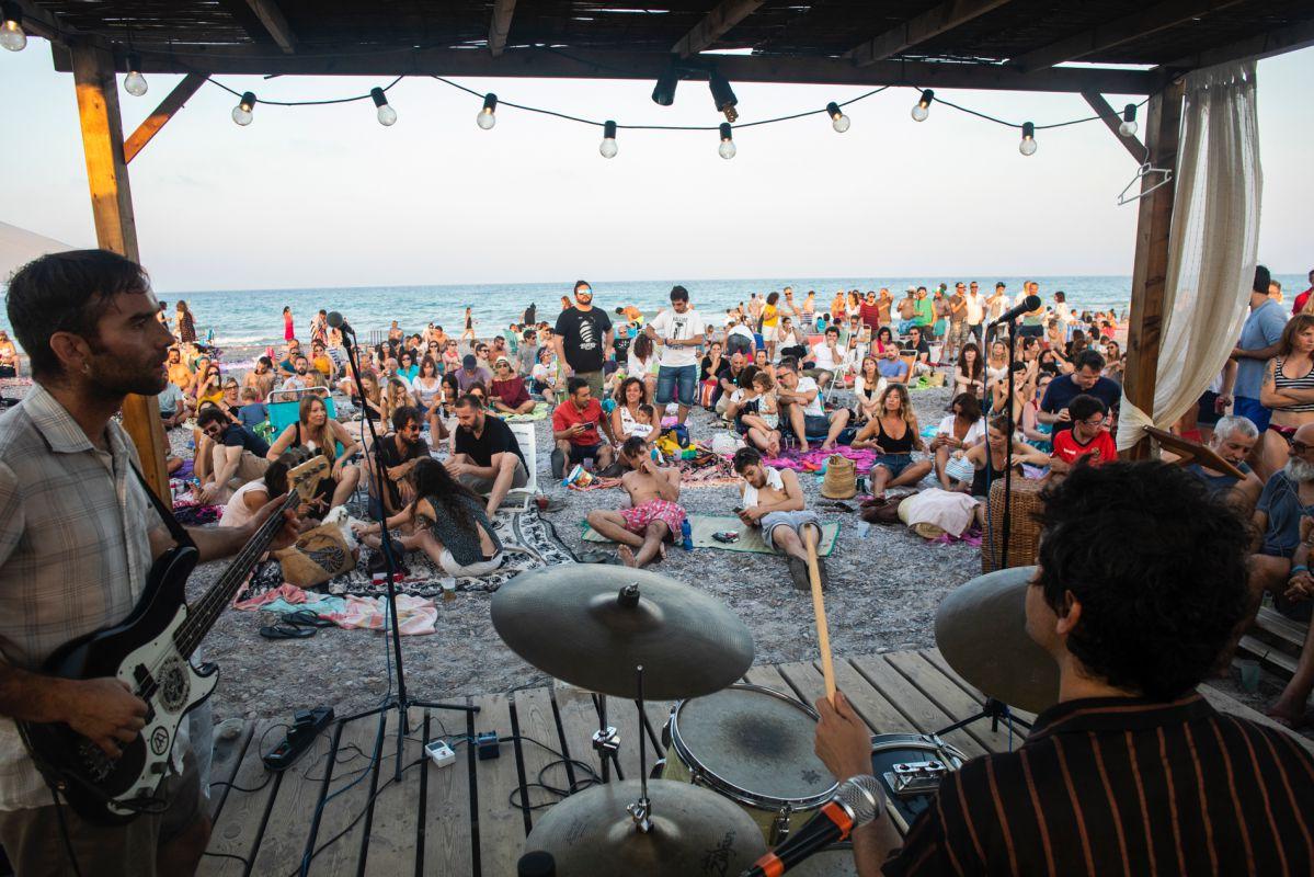 Rock, pop, jazz, latino, punk, surf, garage... son algunos de los ritmos que suenan en esta playa.