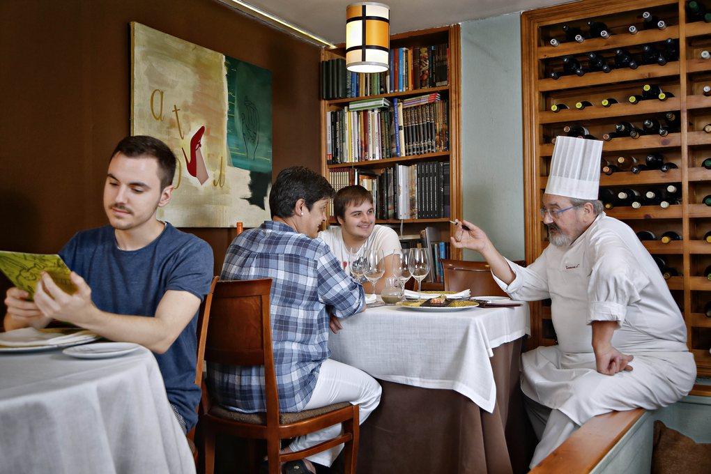 Iñaki Camba asesora a los comensales sobre el menú de la cena en función del mercado del día.