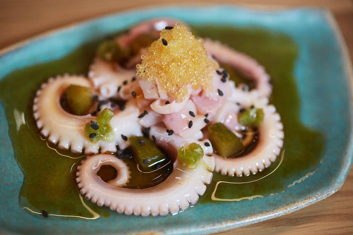 Plato de ensalada de pepino y pulpo encurtido Tsukiji del restaurante Direkte Boqueria, en Barcelona.