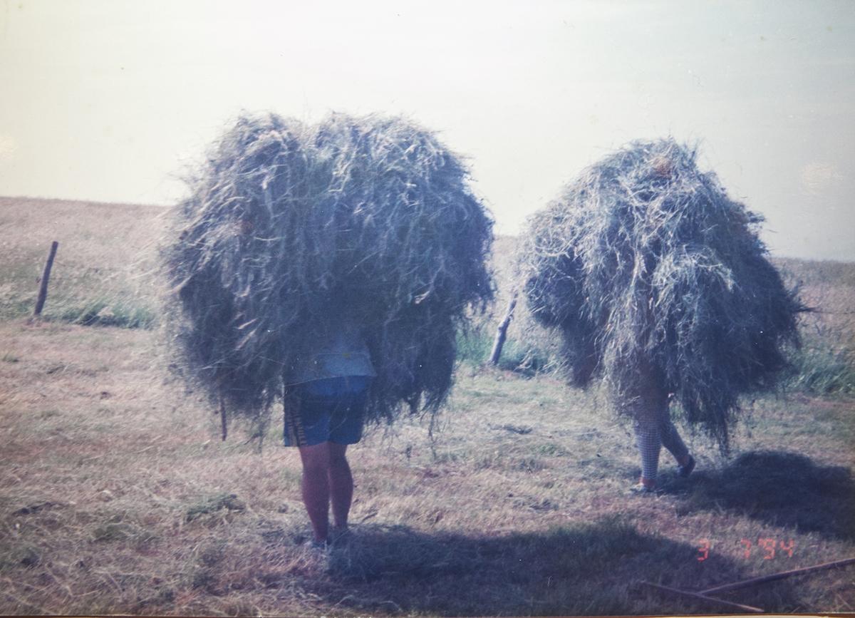 Vega de Pas (Cantabria). Mujeres cargando paja. Hace siglos que el sexo no importa a la hora de cargar en estos montes.