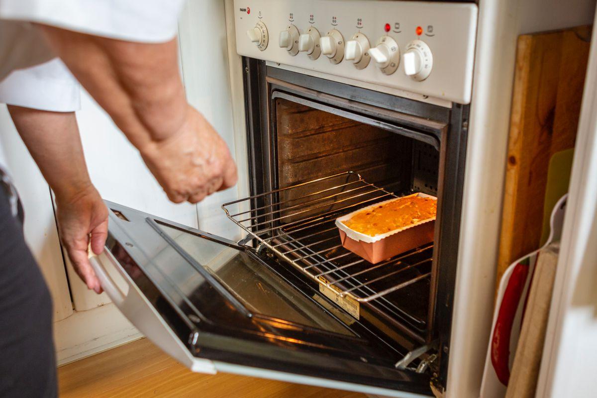 Metiendo uno de los bizcochos salados en el horno.