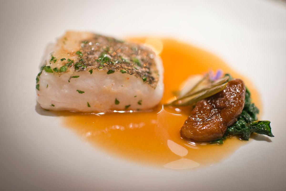 Merluza asada, hinojo marino encurtido, hojas de borraja y consomé de anguila.