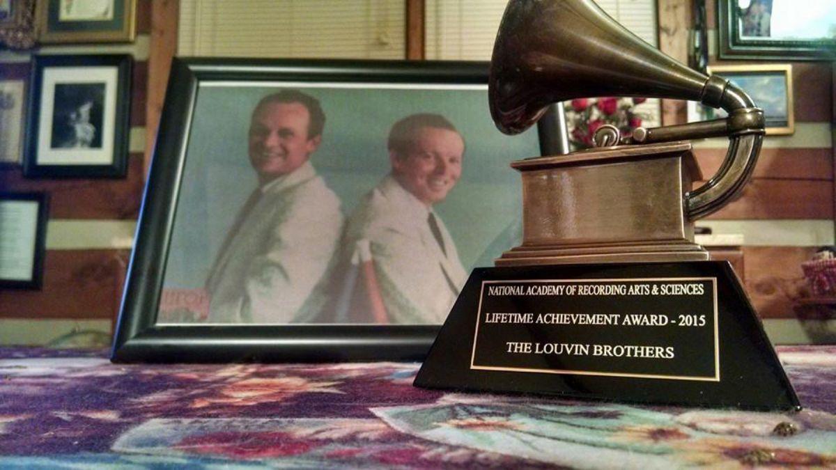 Una foto de The Louvin Brothers junto a uno de los premios recibidos durante su carrera.