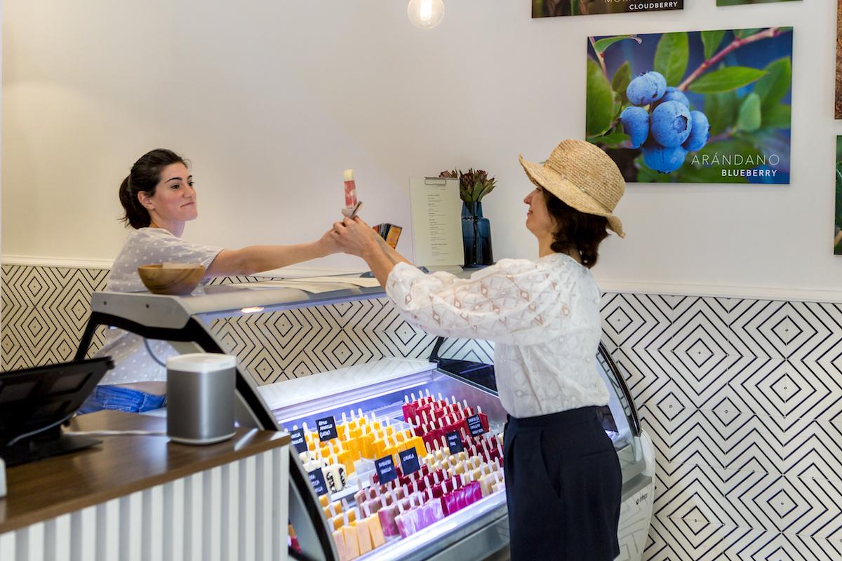 Clienta recibiendo un helado