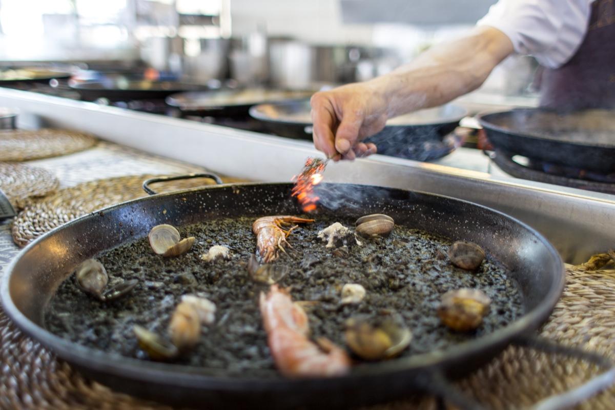 El arroz negro es una de las especialidades del Escribá.