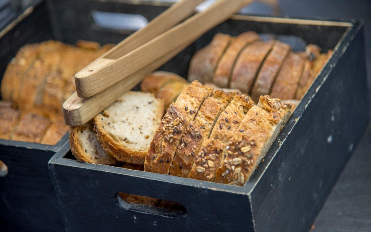 Los panes son de elaboración diaria en un obrador de Zalla.