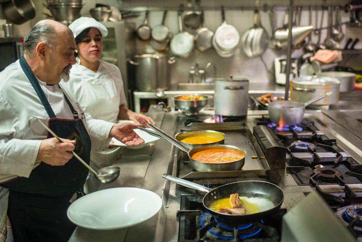 Julio Jañe, el jefe de cocina leonés, sirviendo los platos recién hechos.