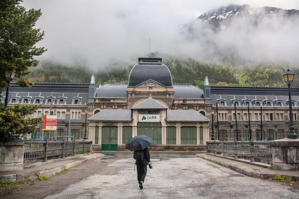 La fachada principal, en un día de lluvia.
