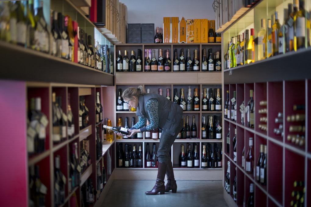 Madrid recupera poco a poco sus vinos más representativos. En la foto, Carmen, de la Vinoteca Borolo, eligiendo una botella.