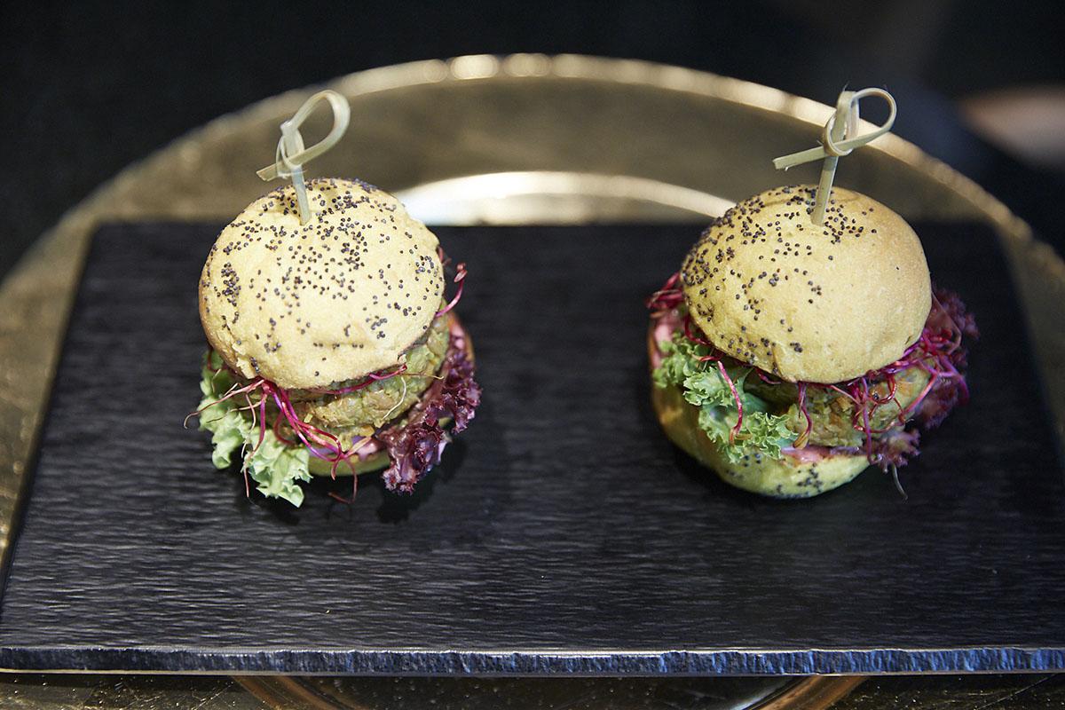 Un hallazgo magnífico: las mini-hamburguesas de lentejas con veganesa de remolacha.