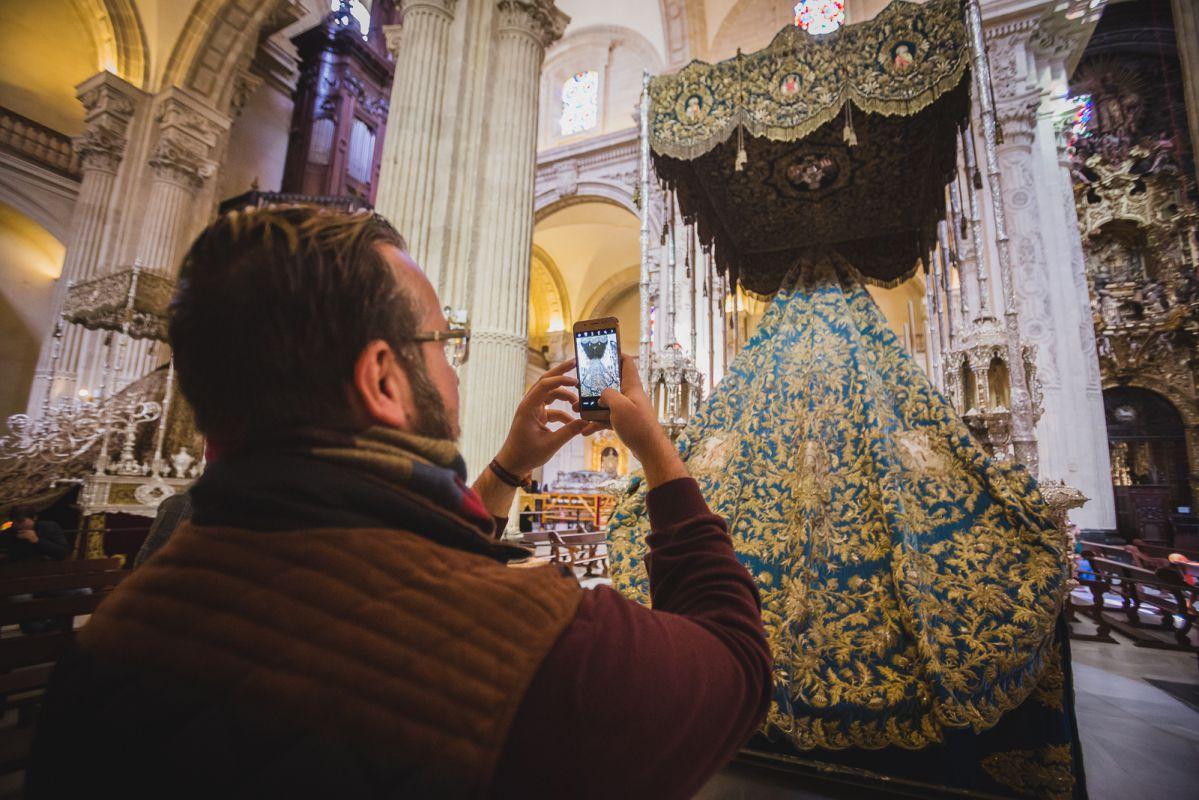 Los curiosos se acercan a las iglesias estos días para ver los pasos montados como este palio de la Virgen de la Merced.