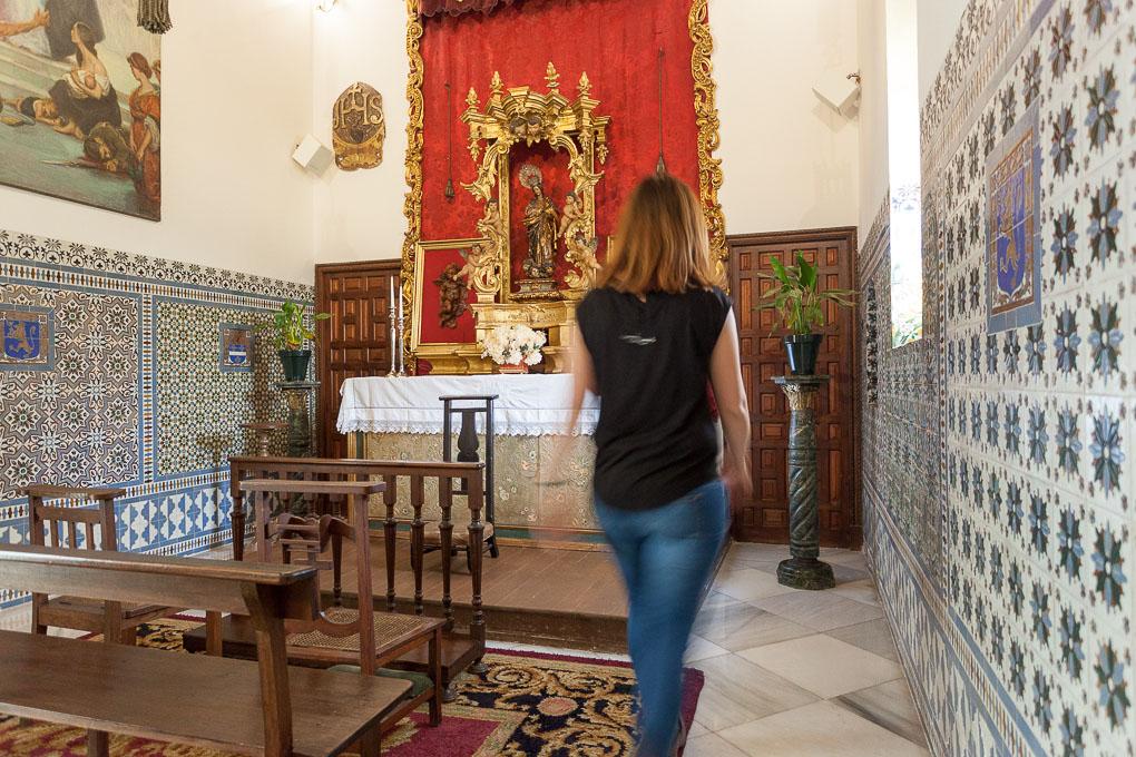 La capilla con sus azulejos andaluces, su altar dorado y la Virgen de la Inmaculada del siglo XVIII.