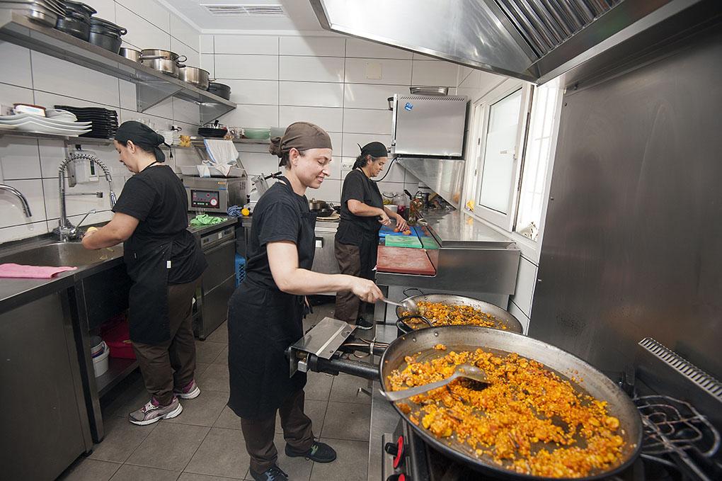 Paula, cuchara en mano, es la encargada de los arroces y paellas. En cocina está con Estela y Simone.