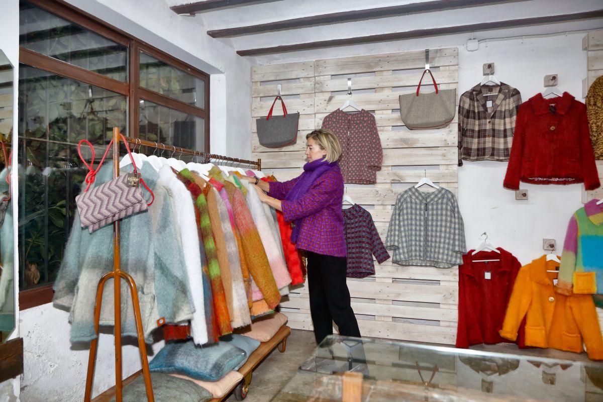 En el antiguo taller, donde se expone un telar de 300 años, está la tienda de 'Mantas Ezcaray'.