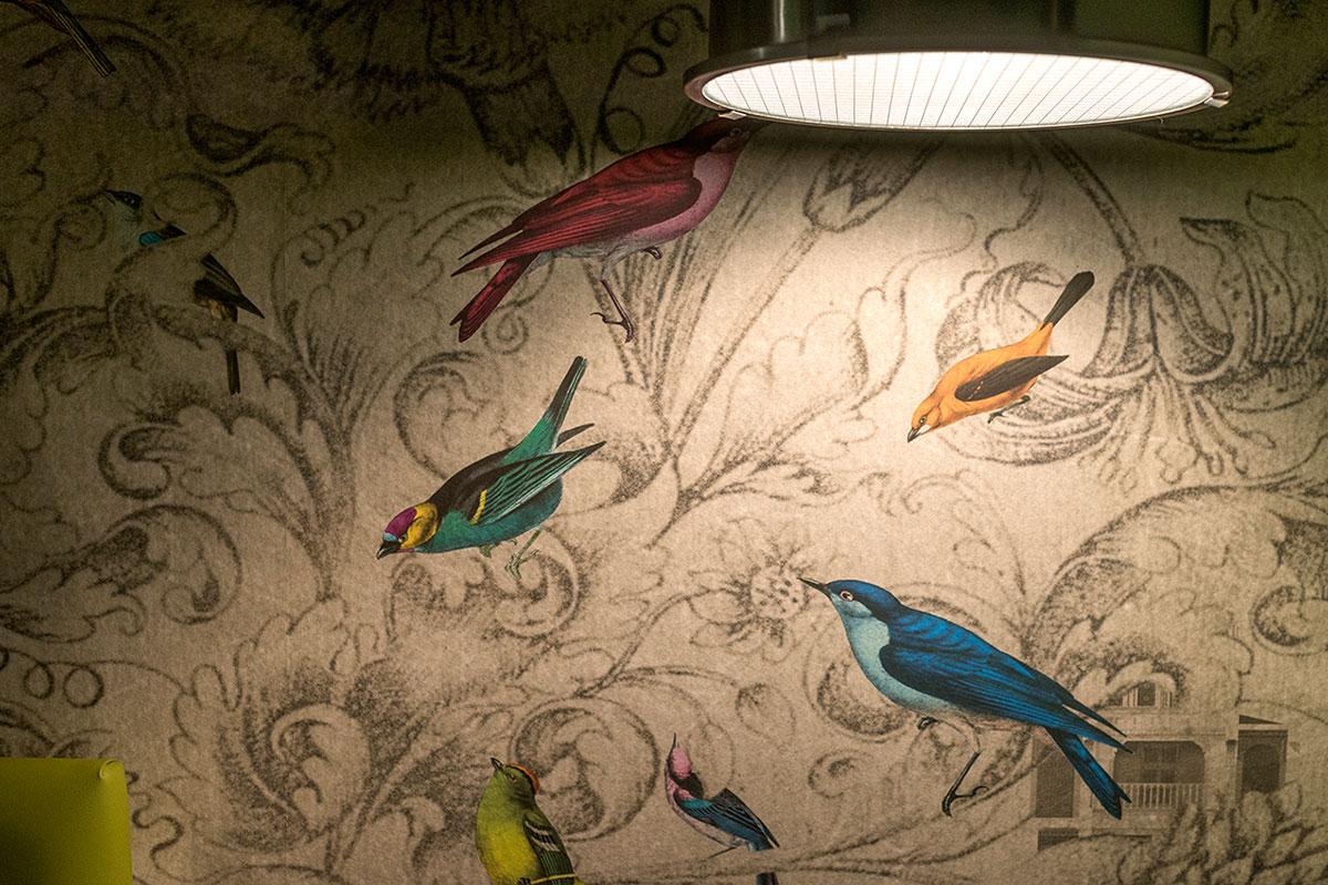 Un toque especial: los papeles que decoran los cabeceros de las habitaciones.
