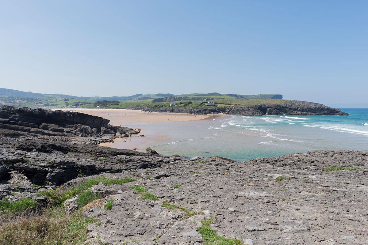 La playa de Cuberris es pequeña, pero una joya cántabra. Foto: Shutterstock