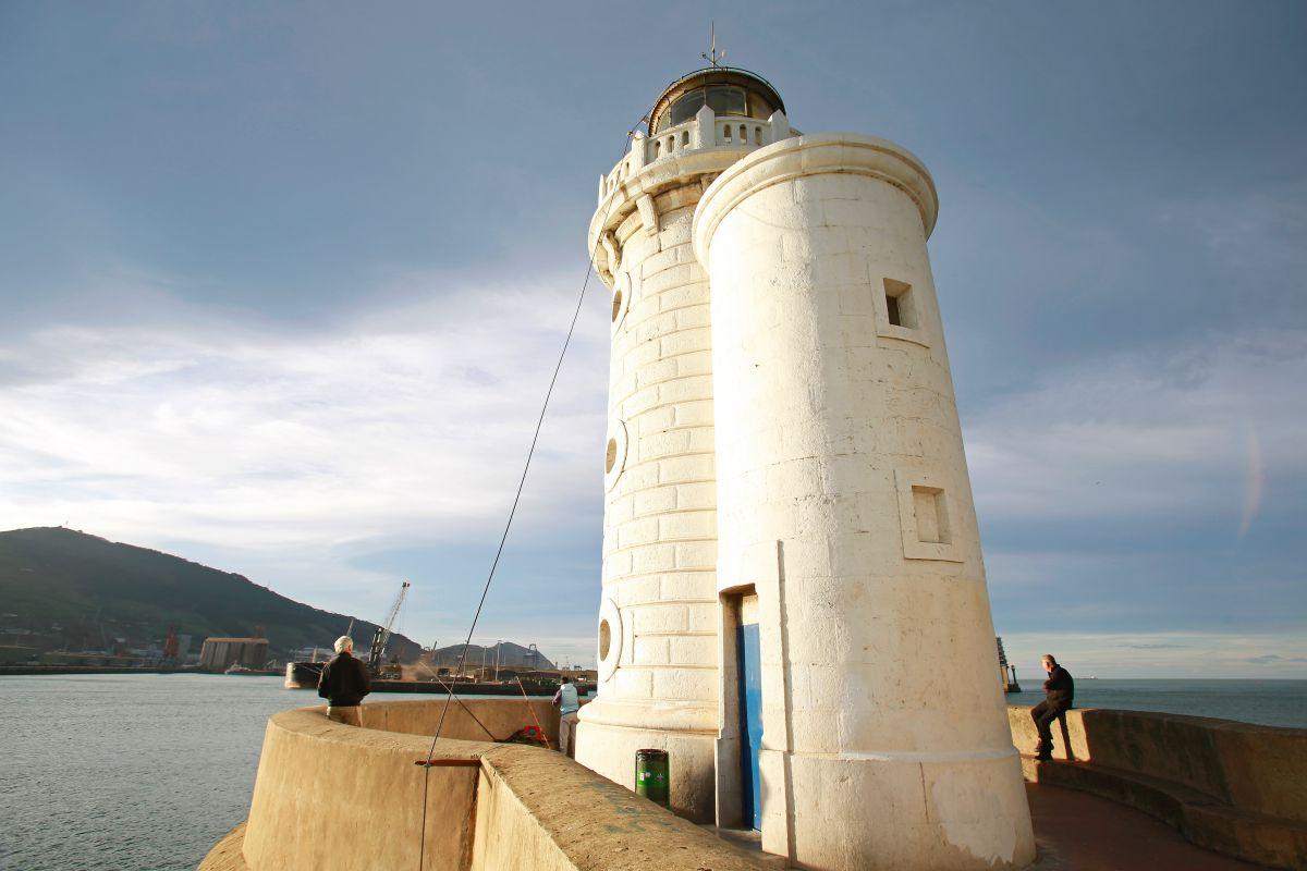 Faro en Getxo, al final del recorrido de las grandes villas, Vizcaya.