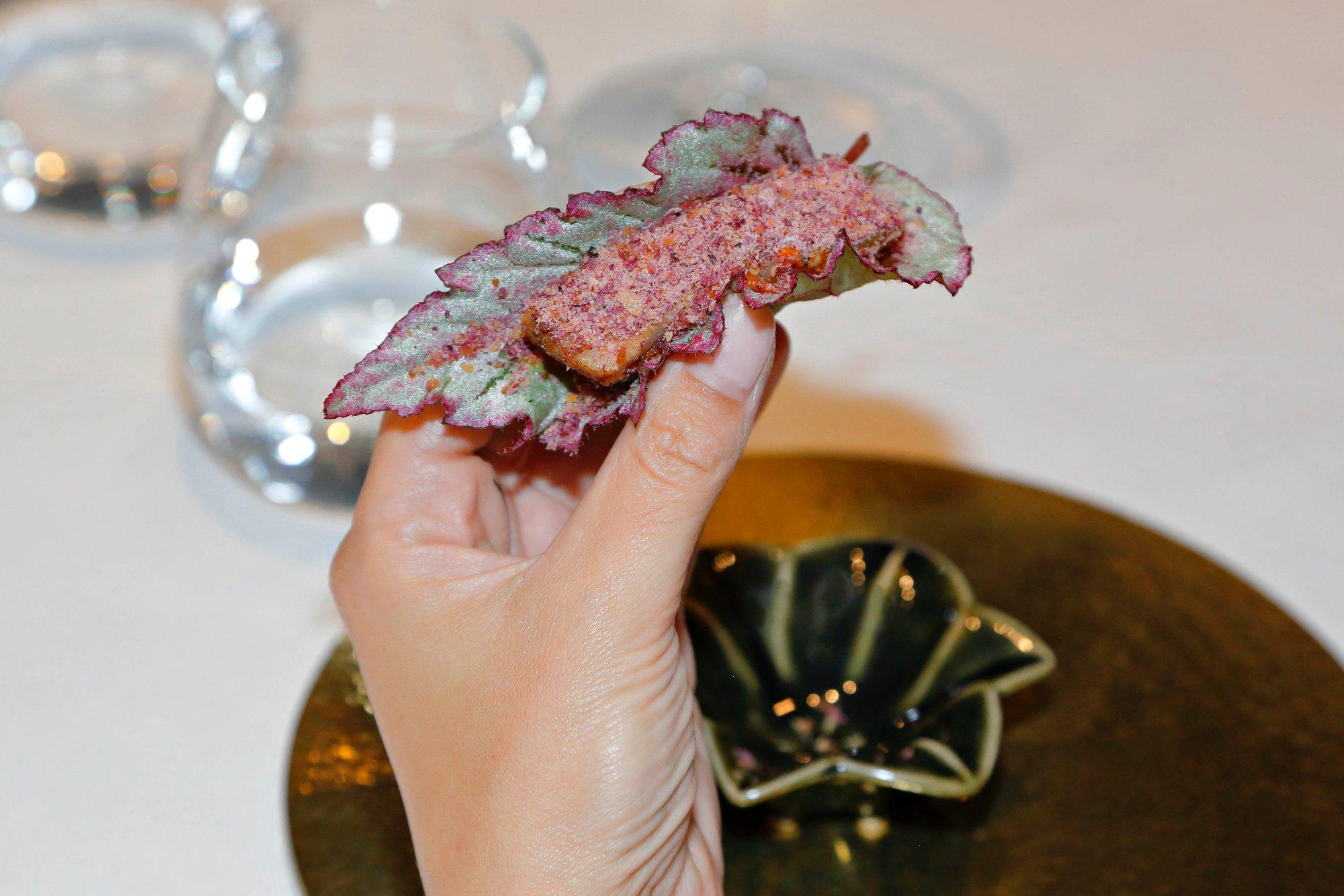 'Sam' de panceta ibérica marcada a la plancha con hoja de dragón y crujiente de cebolla morada.