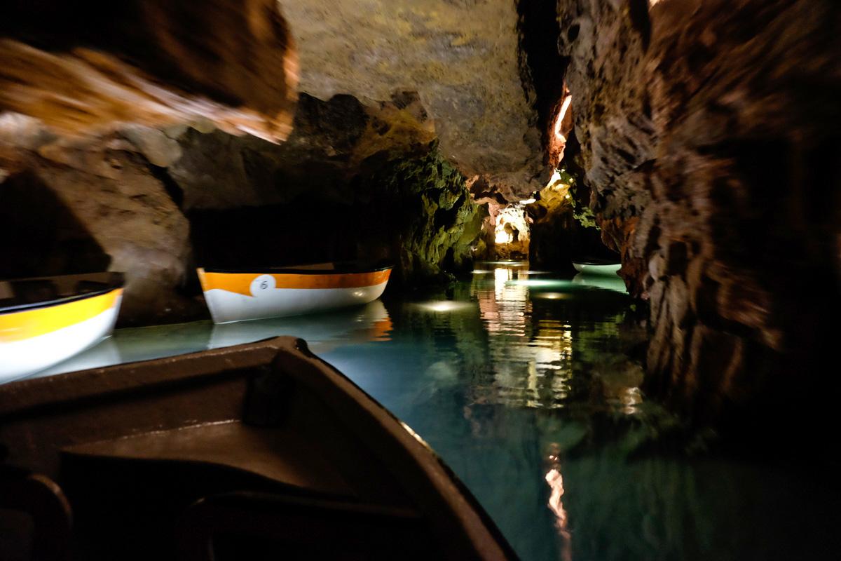 Navegando a través de los túneles de la gruta.