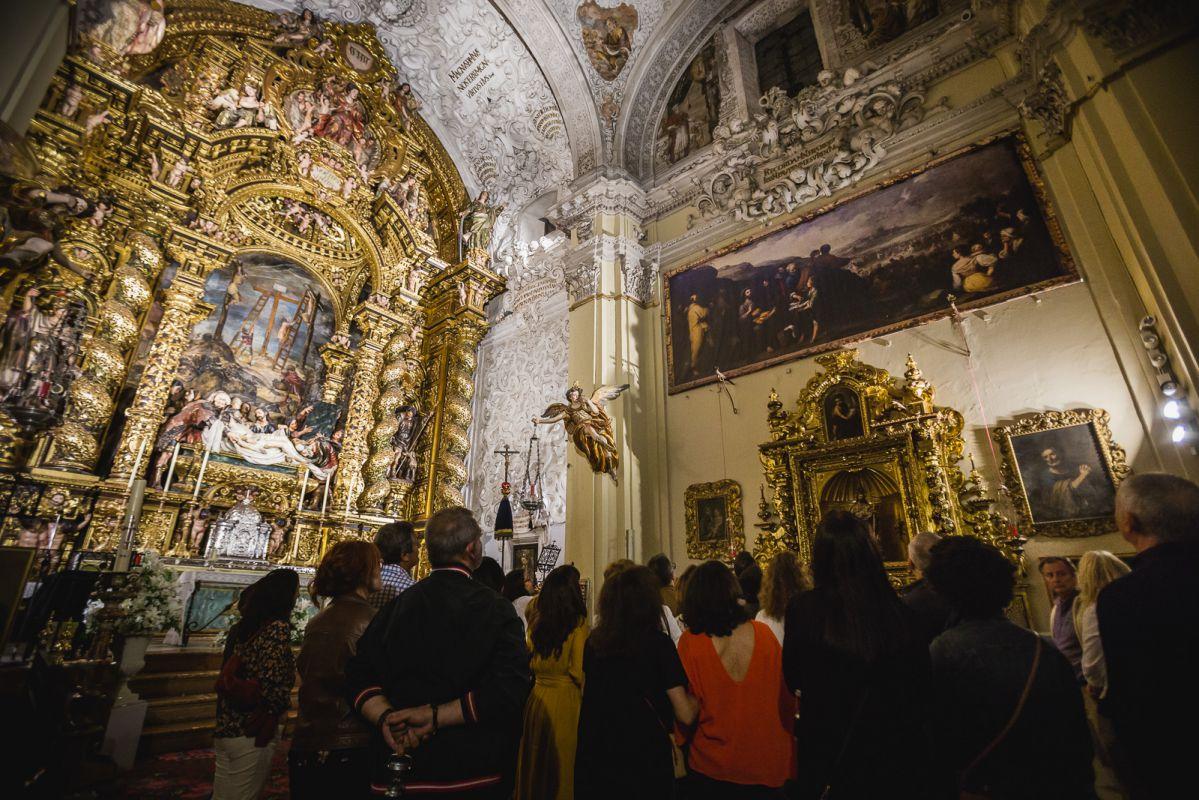 Los visitantes observan las obras del Hospital de la Caridad durante la visita nocturna, en Sevilla.