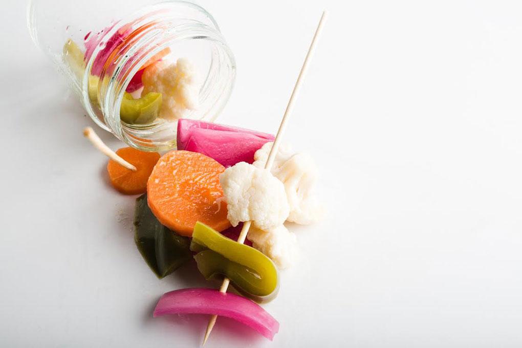 Este es el snack que sirve el restaurante Saiti: coliflor, cebolla, zanahoria y pimiento verde encurtido. Foto: Saiti.