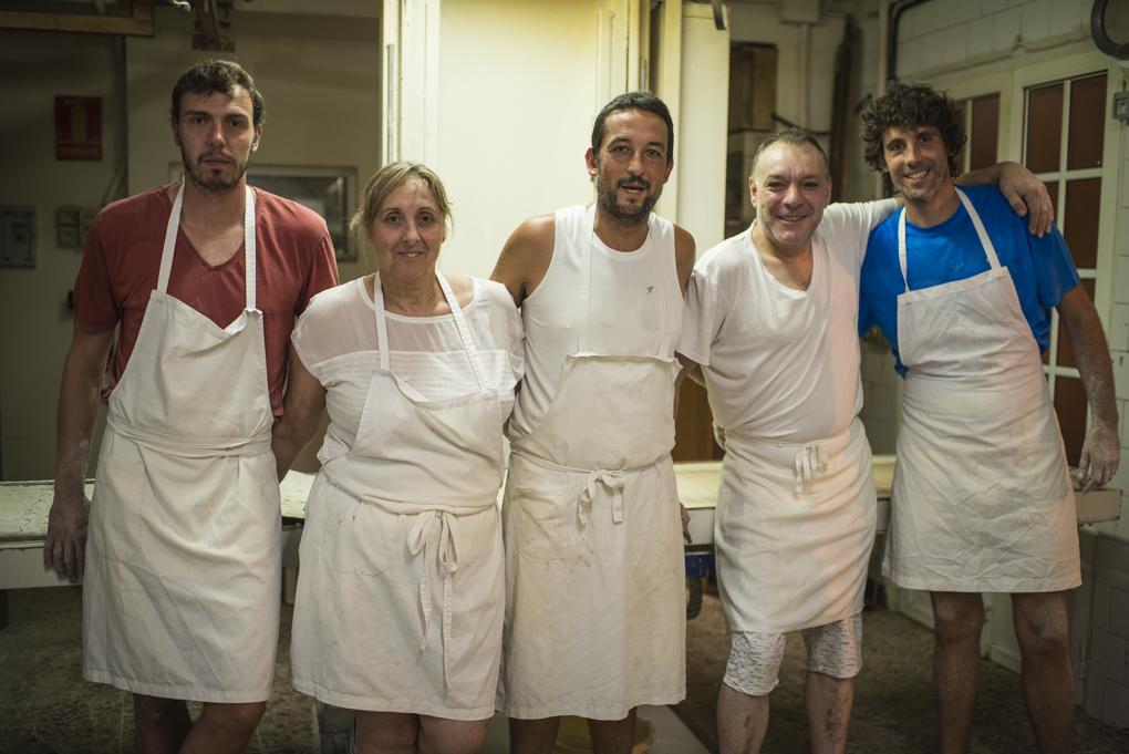 El equipo nocturno del obrador al completo: Miguel, Ana, Pablo, Víctor y Javier.