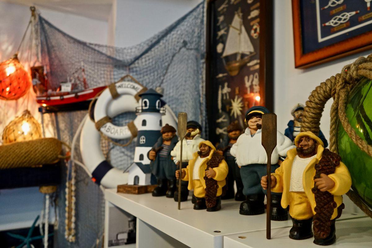Artículos marinos en la tienda La Fragata, en Luarca, Asturias.