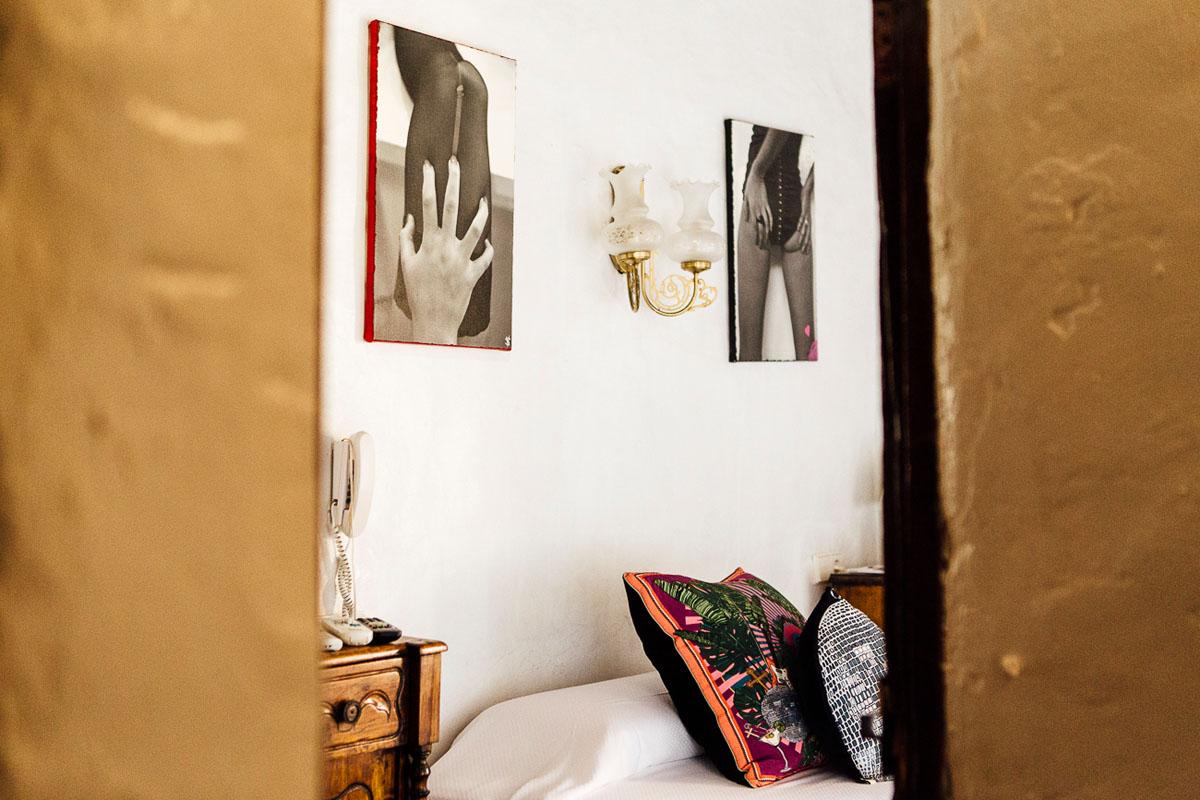 Hay fotos de Victor Spinelli por todo el hotel.
