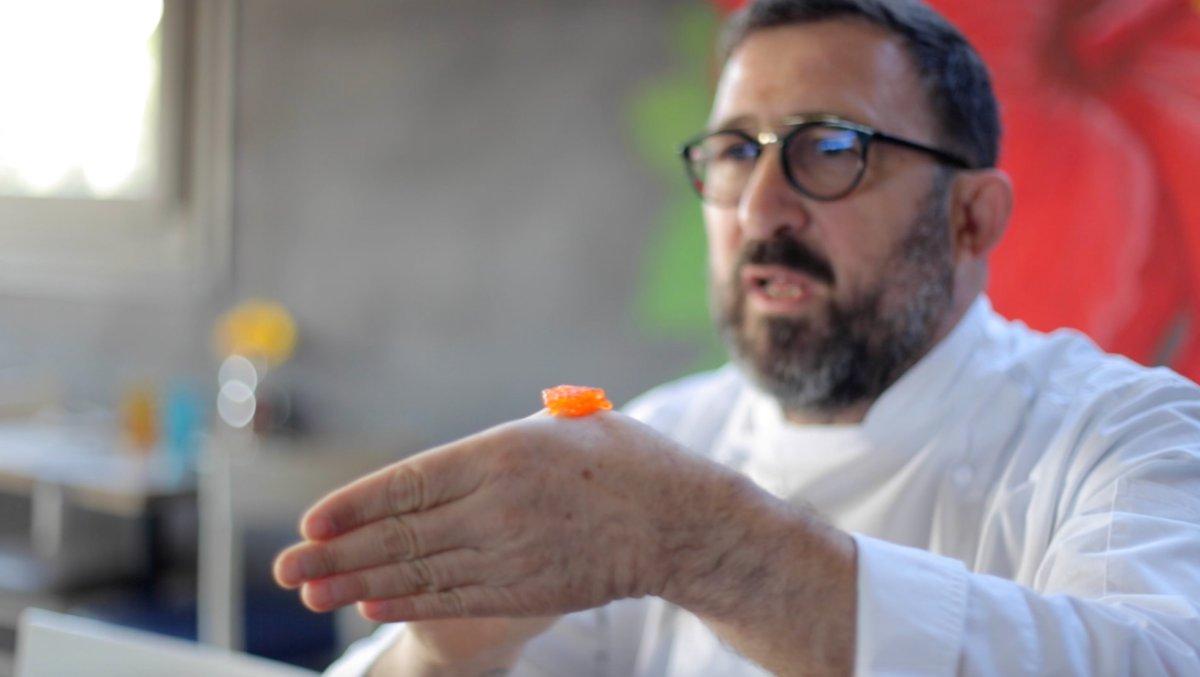 Óscar Manresa, chef y director de 'Food & Music', poniendo el caviar a la temperatura del cuerpo humano.