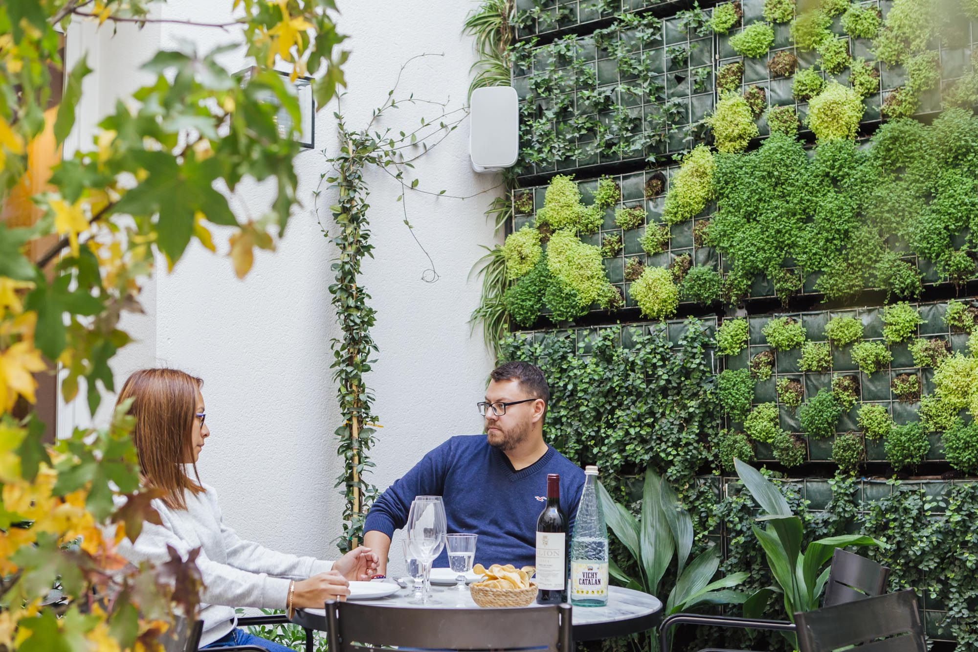 La terraza del restaurante 'Puntarena', ubicada en el patio interior del edificio, tiene un jardín vertical natural y va a estar abierta todo el año con estufas para no pasar frío.