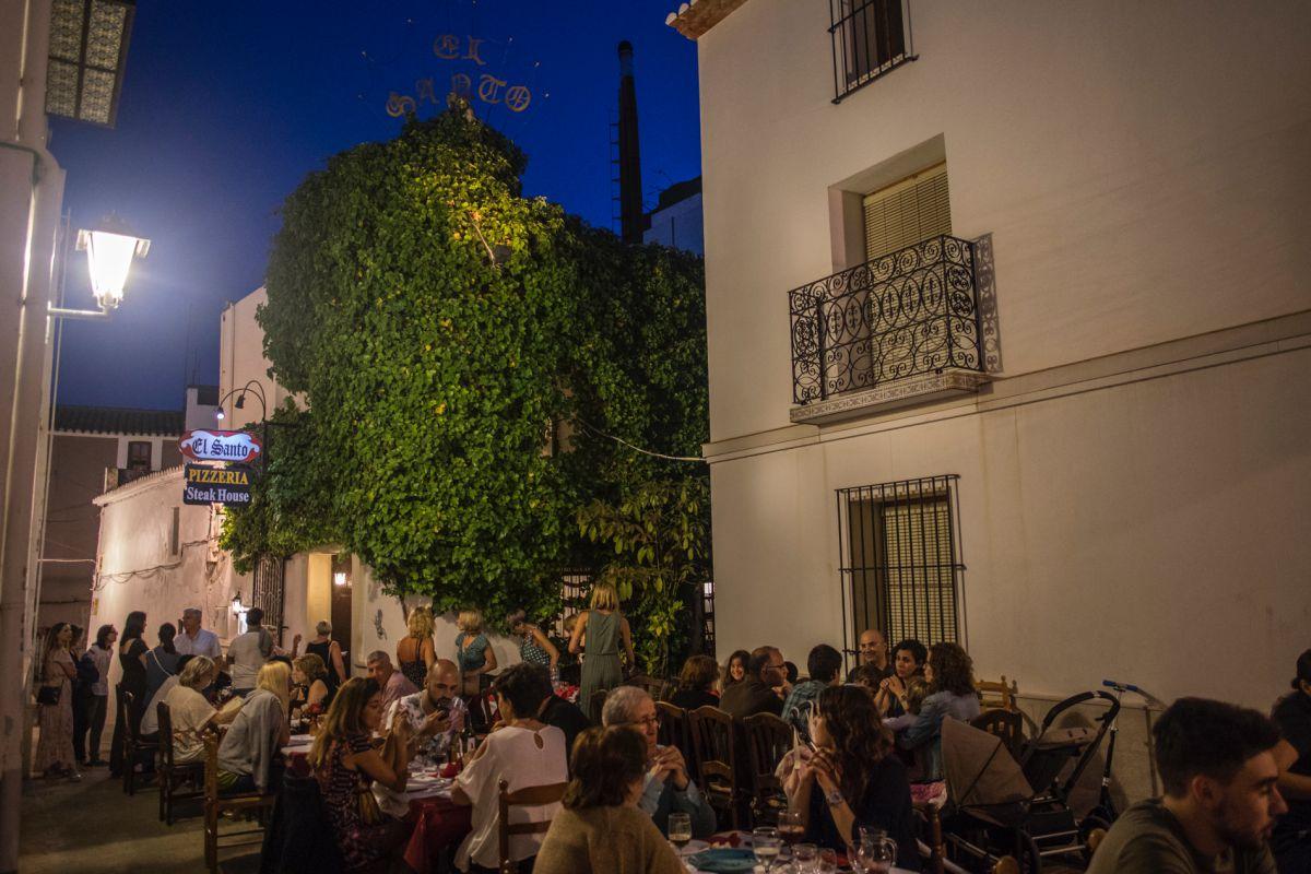 Ambiente de las terrazas del centro histórico de Calpe, Alicante.
