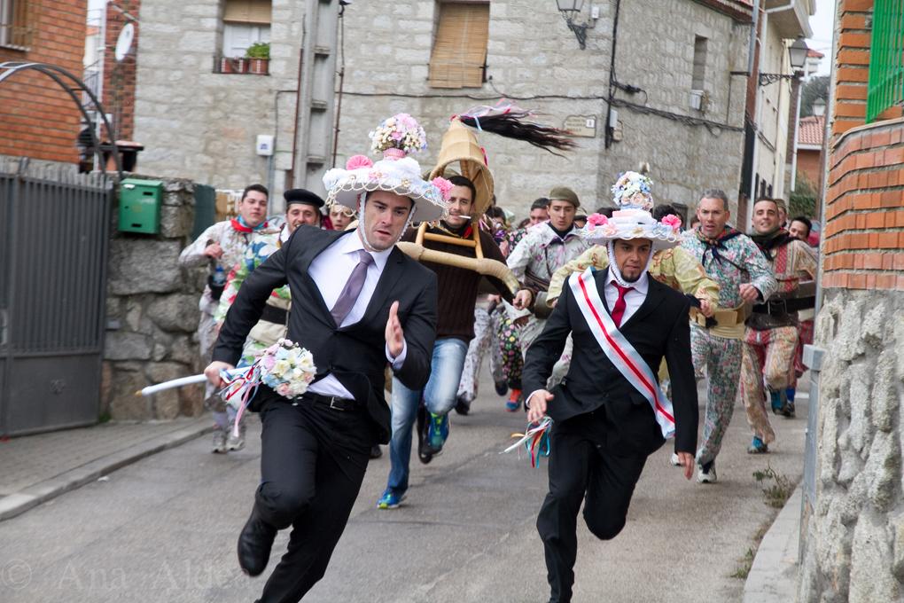 El Alcalde y el Alguacil corren con vistosos sombreros ataviados con cintas. Foto: Ana Aldea.