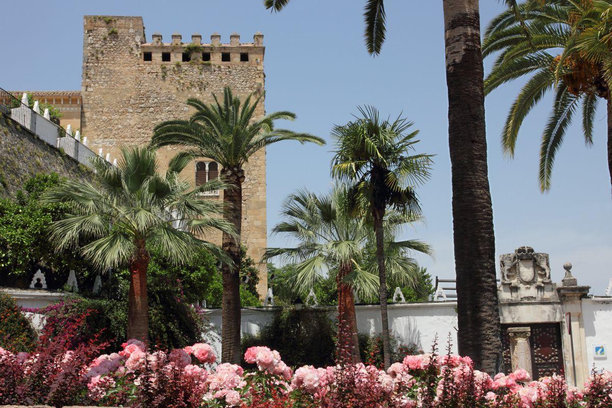 El castillo de Cabra en plena primavera. Foto: Caminos de Pasión.