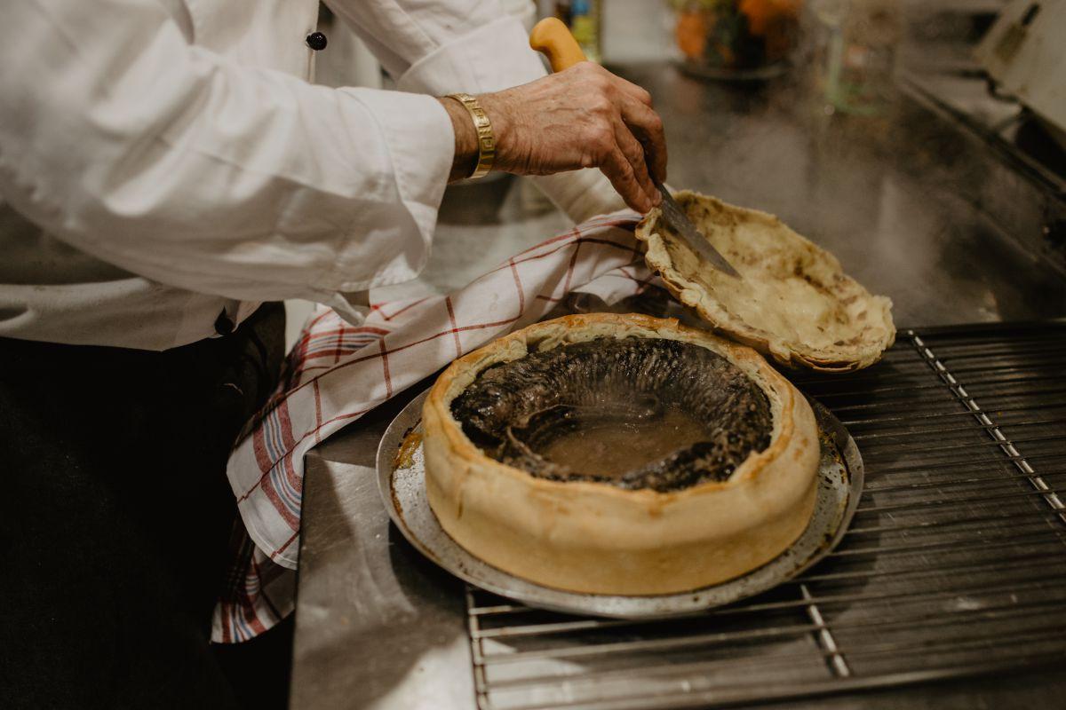 Preparando la lamprea en el restaurante 'Chef Rivera'.