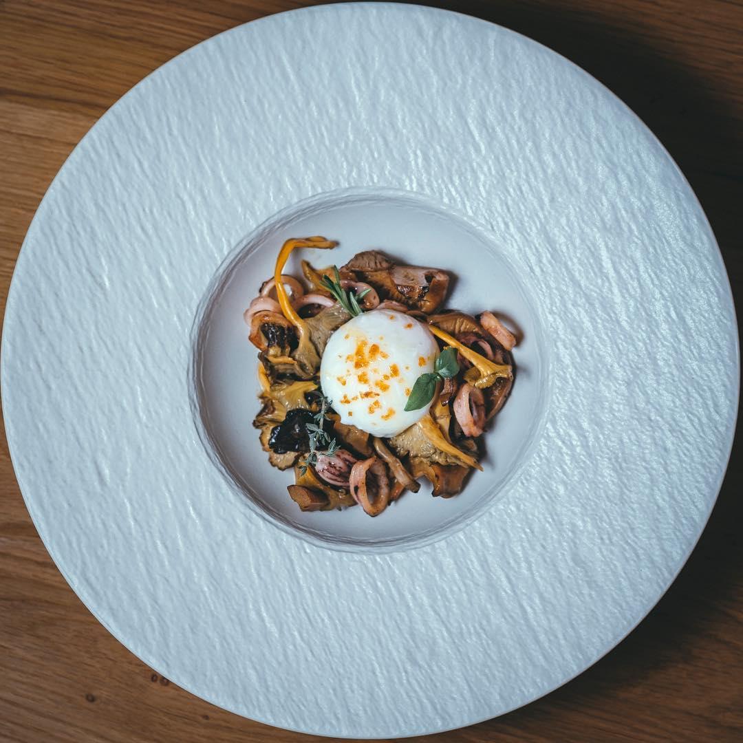 Huevo de gallina ecológica a baja temperatura con salteado de chipirones y setas de temporada. Foto: Ferretería by Ego