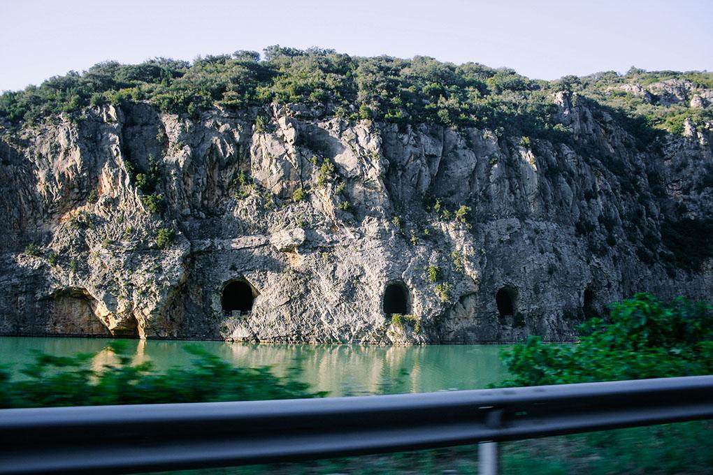 Paredes escarpadas enmarcan ríos y embalses en el arranque de la ruta.