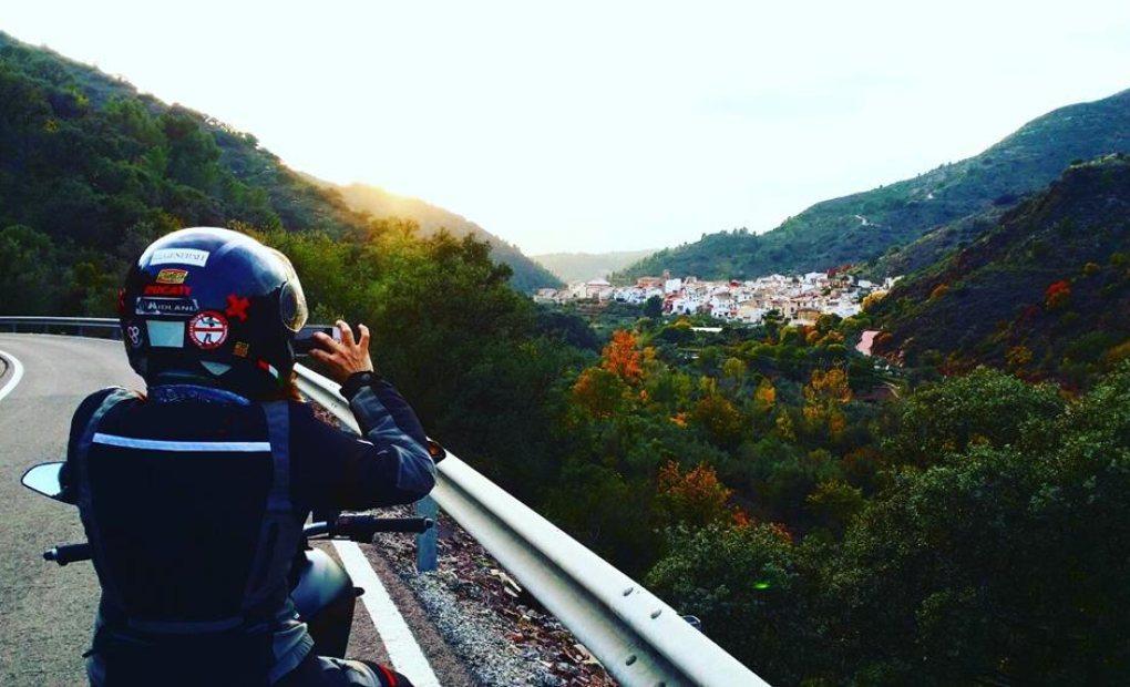 Alicia fotografía el pueblo de Almedijar, en la sierra de Espadán
