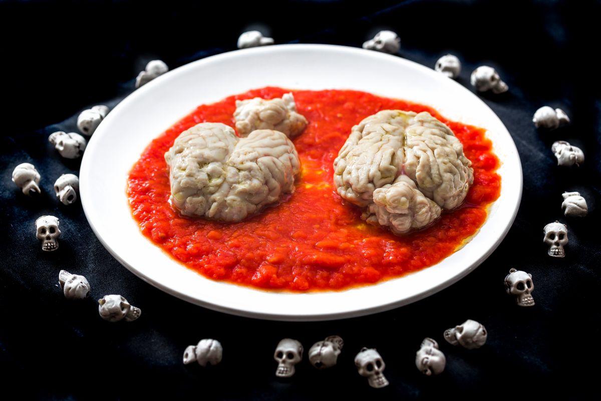 Sesos de cordero con salsa de tomate.