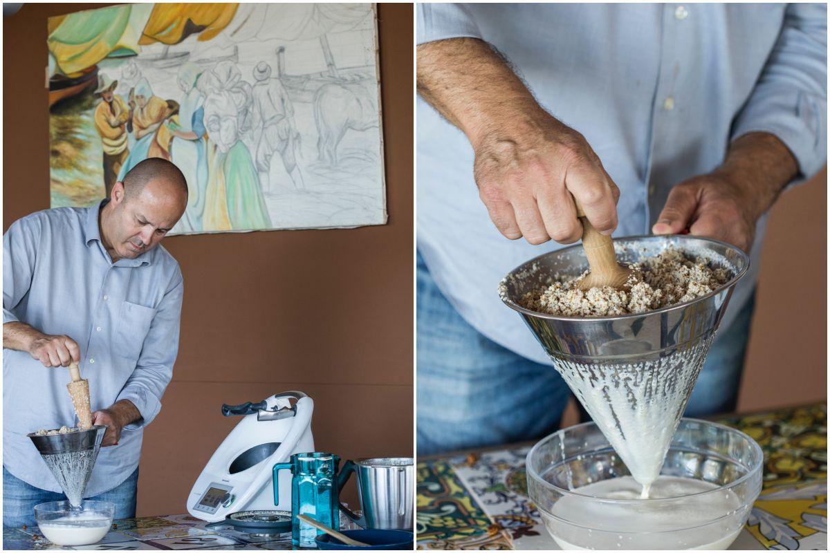 Obteniendo la horchata después de colar el triturado de la chufa con agua.